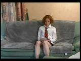 Rothaarige Studentin auf Sofa gefickt