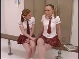 Zwei Teen Girls in Schul-Uniformen lecken sich die Muschi