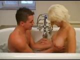 Oma lässt sich im Badezimmer ficken – Granny Porn
