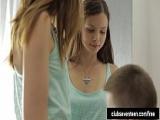 Zwei junge Frauen beim Cum Swap – Junge Frauen tauschen Sperma im Mund