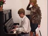 Muschi der Klavier-Lehrerin lecken – Oralsex mit Klavierschüler