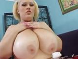 Bunny Cruz zeigt dicke Titten und ihre tätowierte Muschi im Pornofilm