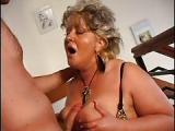 Dicke reife Oma lässt sich vom jungen Mann ficken