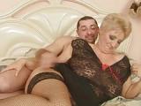 Blonde Oma mit feuchter Muschi lässt ihre Brüste ficken – Oma Porno