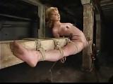 BDSM Spagat am Balken fixiert