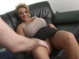 Reife blonde Dame hat Lust auf Sex