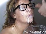 Spanischer Bukkake Porno – Spanierin mit Brille beim Bukkake