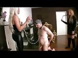 Gierige Dominas benutzen Sklaven an der Kette