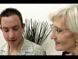 Grauhaarige Großmutter lässt sich die Muschi im Porno lecken