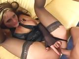 Blondine lässt sich in Strapsen ficken – Pornofilm mit Strapsen