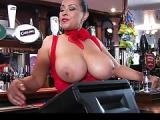 Barkeeperin zeigt Muschi und Titten