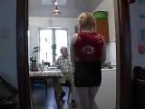 Behaarte Frau reitet auf einem Opa Schwanz