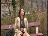 Outdoor Natursekt -Frauen pinkeln in der Öffentlichkeit