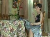 Mutters Muschi unter dem Tisch geleckt – Muschi Lecken Milf – Oral Sex Pornofilm