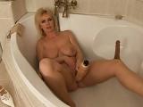 Reife Mutter masturbiert in der Badewanne – Milf Selbstbefriedigungs-Porno