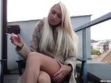 Blonde Deutsche masturbiert auf ihrem Balkon