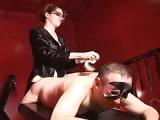Domina fickt ihren Sklaven mit dem Strap On