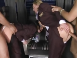 CFNM Porno mit uniformierten Stewardessen